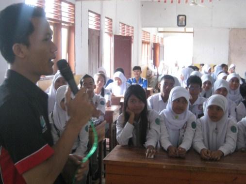 siswa memperhatikan pemateri