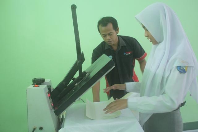 Workshop Sketsa Photo dan Sablon Baju di SMK Negeri 1 ...